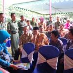Eryana (duduk kiri) berbincang dengan peserta KB MOP
