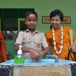 Siswa SDN 1 Babakan memperagakan cara cuci tangan yang benar di hadapan Tim Penilai (1)