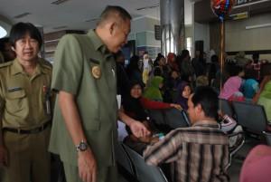 Pelayanan BPJS di RSUD Goeteng - Bupati Kento Bertanya pada salah satu pasien yang mengantri